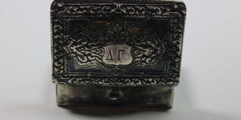 Ασημένια Ταμπακοθήκη 1850-1870 με κρίκο για αλυσίδα που έμπαινε στο σελάχι.